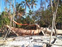 Fiskebåt i byn av den Nungwi norden av Zanzibar Tanzania royaltyfri bild
