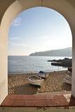 Fiskebåt i costabravaen Spanien royaltyfri fotografi