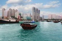 Fiskebåt i den Aberdeen hamnen i Hong Kong Arkivfoton