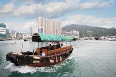 Fiskebåt i den Aberdeen hamnen i Hong Kong Royaltyfri Foto