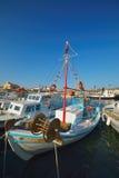 Fiskebåt i den grekiska ön Arkivfoto