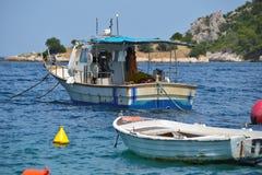 Fiskebåt i den grekiska ön Arkivbilder