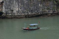 Fiskebåt i den Halong fjärden, Vietnam Royaltyfri Bild