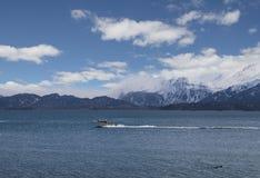Fiskebåt i den Kachemak fjärden arkivbild