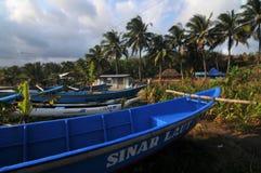 Fiskebåt i den Klayar stranden, Pacitan Royaltyfri Fotografi