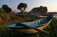 Fiskebåt i den Klayar stranden, Pacitan Arkivfoto