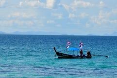 Fiskebåt i det blåa lugna havet Arkivbilder