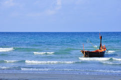 Fiskebåt i det thailändska havet på Rayong royaltyfria foton