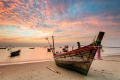 Fiskebåt i en hamn med solnedgång i ferie Arkivfoton