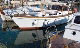 Fiskebåt i en marina Arkivfoton