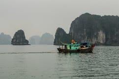Fiskebåt i halongfjärden Vietnam Arkivbild