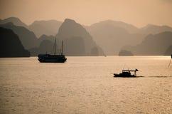Fiskebåt i halongfjärden Vietnam Arkivfoto