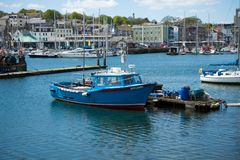 Fiskebåt i hamnen, Plymouth, Maj 23, 2018 arkivbilder