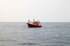 Fiskebåt i havet Arkivbild