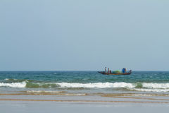 Fiskebåt i havet arkivfoton