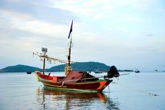 Fiskebåt i havet Arkivfoto