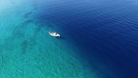 Fiskebåt i kristallklart vatten arkivfilmer