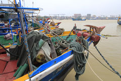 Fiskebåt i pir Royaltyfri Foto