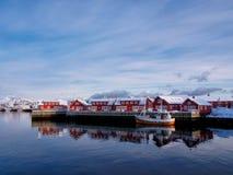 Fiskebåt i port av Svolvaer, Lofoten, Norge Royaltyfri Fotografi