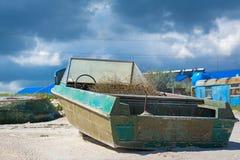Fiskebåt i sanden Arkivbilder