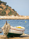 Fiskebåt i sanden som är typisk i Catalonia, Blanes, Arkivbilder