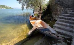 Fiskebåt i Skadar sjön Arkivfoto