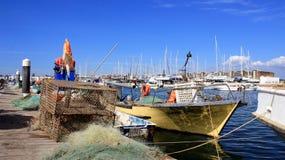 Fiskebåt i solig dag arkivfoto