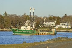 Fiskebåt Ilha Brava med Fairhaven i bakgrund Arkivbilder