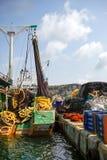 Fiskebåt med färgrik fisknätsolnedgång i Poyrazkoy Istanbul Turkiet Arkivfoto