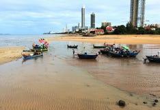 Fiskebåt med havsstrandstaden Fotografering för Bildbyråer