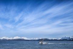 Fiskebåt med molnmodeller royaltyfria foton