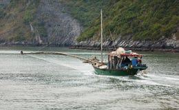 Fiskebåt med netto i den Halong fjärden, Vietnam royaltyfri fotografi