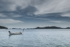 Fiskebåt nära andamanhavet och molnig himmel Royaltyfri Foto