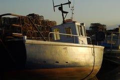 Fiskebåt nära hamnplatsen Arkivbild