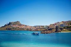 Fiskebåt nära staden Castelsardo, Sardinia Arkivfoton