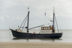 Fiskebåt nära stranden Arkivfoton
