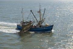 Fiskebåt nära stranden på det holländska Wadden havet Royaltyfri Bild