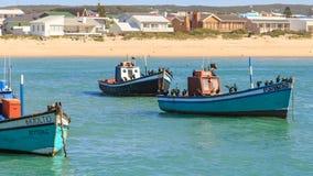 Fiskebåt och kormoran Arkivfoto