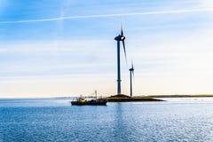 Fiskebåt- och vindturbiner på den Oosterschelde öppningen på den Neeltje Jans ön i det Zeeland landskapet i Nederländerna arkivfoton
