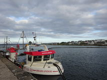 Fiskebåt på den Bowmore hamnen, ö av Islay, Skottland Royaltyfri Fotografi