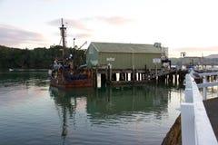 Fiskebåt på den Mangonui hamnplatsen, försommarmorgon, Nya Zeeland royaltyfri bild