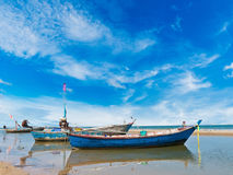 Fiskebåt på den rena stranden Royaltyfria Bilder