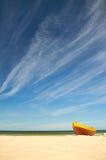 Fiskebåt på den sandiga stranden för baltiskt hav med dramatisk himmel under sommartid Royaltyfria Foton