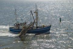 Fiskebåt på det holländska Wadden havet Arkivbilder