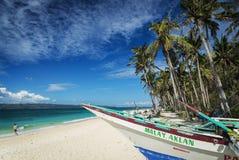 Fiskebåt på det tropiska paradiset boracay philippines för pukastrand Arkivbilder