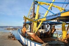 Fiskebåt på en hamn, Nessebar, Bulgarien Arkivbilder