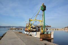 Fiskebåt på en hamn, Nessebar, Bulgarien Arkivbild