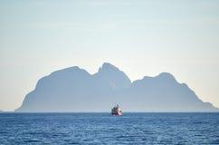 Fiskebåt på en horisont Royaltyfri Fotografi