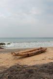 Fiskebåt på en segla utmed kusten Arkivfoton