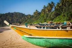 Fiskebåt på en tropisk strand Royaltyfria Foton